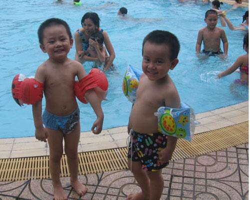 Kinh hoàng nước ở bể bơi - 2
