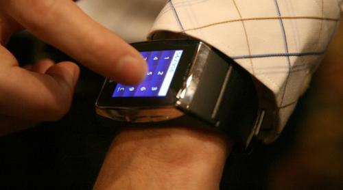 Đồng hồ điện thoại cảm ứng 3G đầu tiên trên thế giới - 4