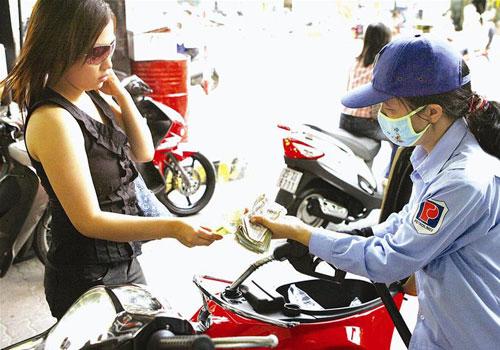 Giá xăng A92 tại Mỹ rẻ hơn VN gần 2.000 đồng/lít - 1