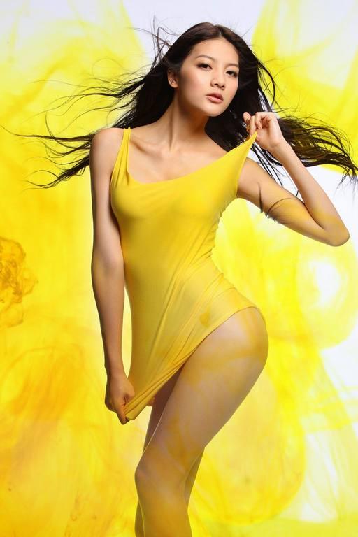"""Siêu mẫu Ngô Á Hinh... """"nuy"""" trong màu vẽ - 3"""