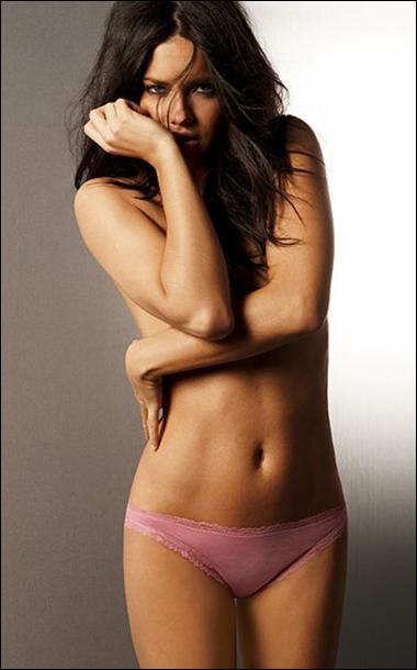 Ngắm siêu mẫu Adriana Lima khêu gợi với nội y - 2