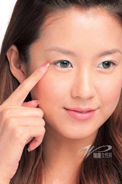 4 động tác làm giảm nếp nhăn ở quanh mắt - 1