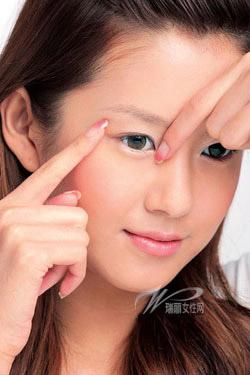 4 động tác làm giảm nếp nhăn ở quanh mắt - 2