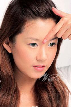 4 động tác làm giảm nếp nhăn ở quanh mắt - 4