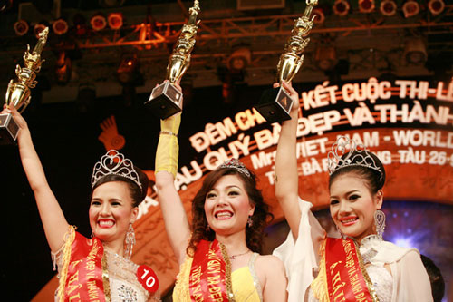 Hoàng Thị Yến bất ngờ đăng quang Hoa hậu quý bà - 1