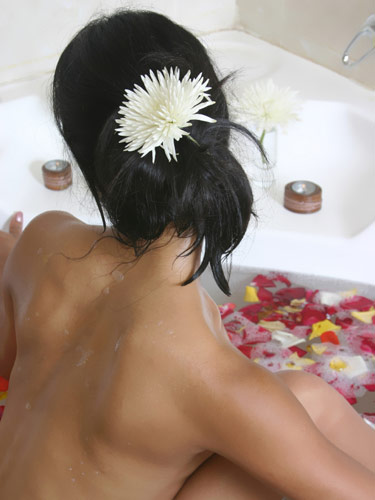 3 cách tắm làm da hồng hào mềm mại - 2