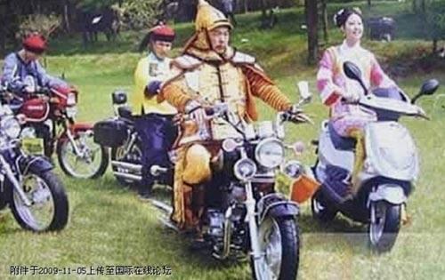 Ảnh vui: Càn Long đi xe máy, Tôn Ngộ Không đeo kính - 12