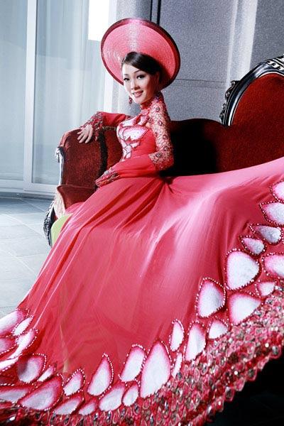 Ngắm áo dài dân tộc ấn tượng của Quý bà Việt Nam - 1