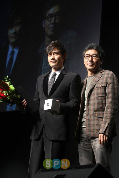 Lee Byung Hun: nghệ sĩ phong cách nhất 2009! - 16