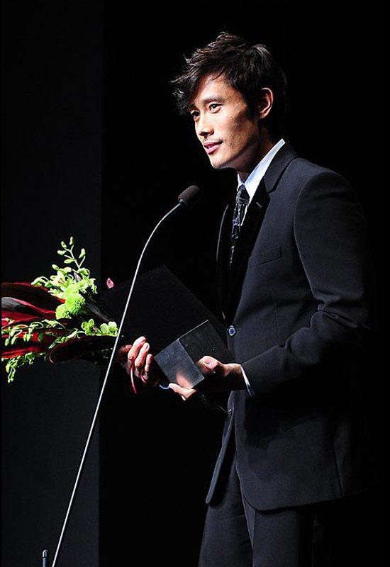 Lee Byung Hun: nghệ sĩ phong cách nhất 2009! - 17