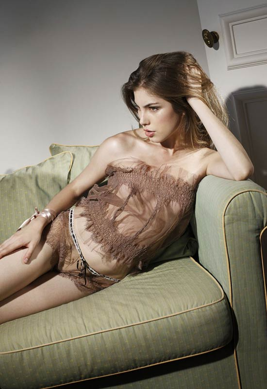 Váy ngủ 'khiêu khích' với lớp voan mỏng - 16