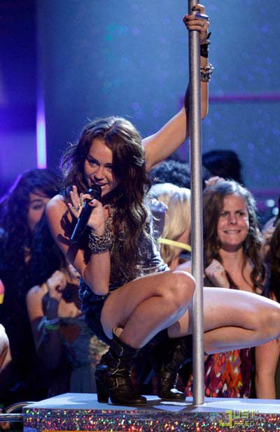 Miley Cyrus dạy em gái múa cột - 7