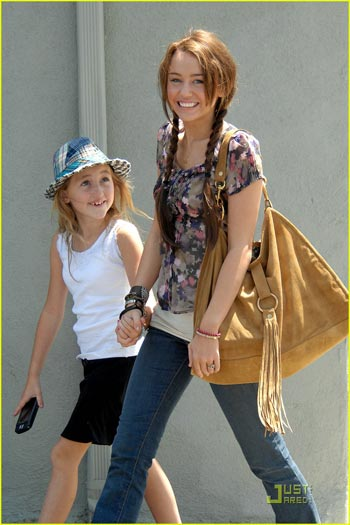 Miley Cyrus dạy em gái múa cột - 3