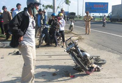 Đà Nẵng: Lật xe kinh hoàng - 1