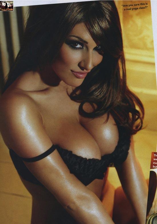 Lucy Pinder lại phơi ngực trần - 3