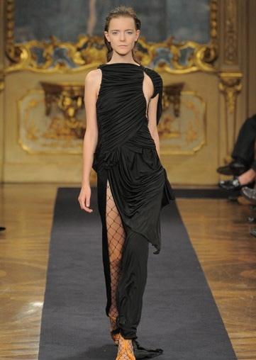 Người mẫu Anh gặp nạn với váy xẻ cao - 11
