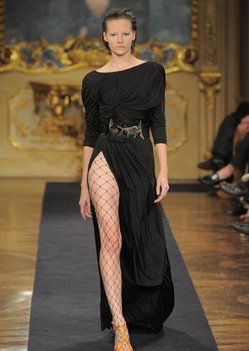 Người mẫu Anh gặp nạn với váy xẻ cao - 12