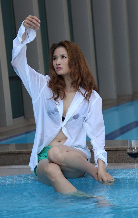 Hoa hậu Cao Thùy Dương khoe nội y bên bể bơi - 5