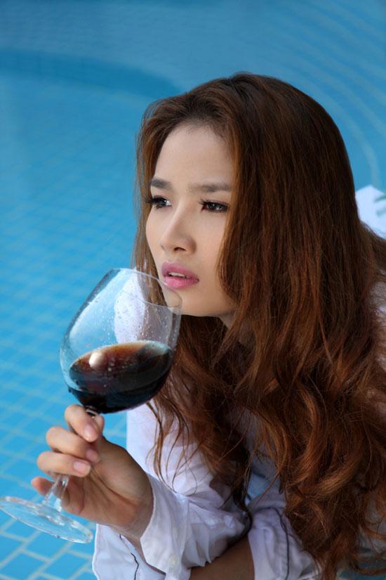 Hoa hậu Cao Thùy Dương khoe nội y bên bể bơi - 2