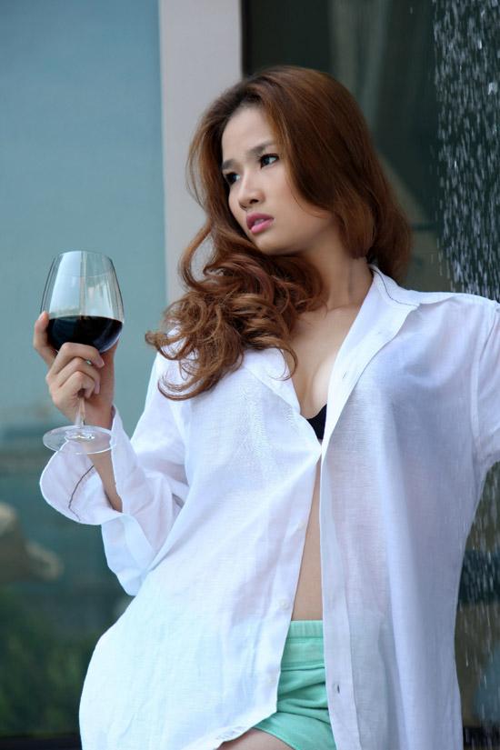 Hoa hậu Cao Thùy Dương khoe nội y bên bể bơi - 9