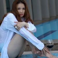 Hoa hậu Cao Thùy Dương khoe nội y bên bể bơi