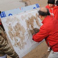 Lấy bùn sông Hoàng Hà vẽ tranh