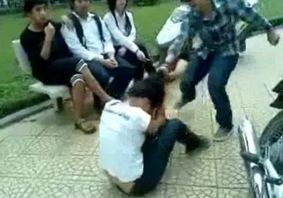Nữ sinh 'khủng bố': Phạt là nặng hay nhẹ? - 1