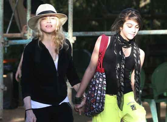 Con gái Madonna dạy mẹ cách ăn mặc - 11