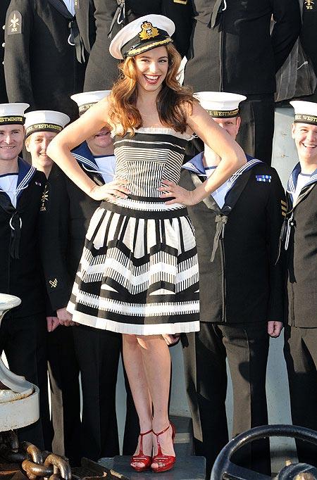 Mỹ nữ 'đảo điên' vì thời trang hải quân - 1