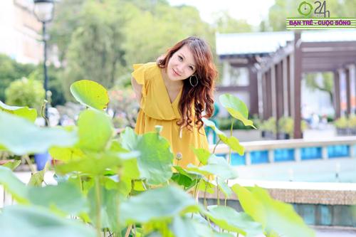 Hot girl Linh Genie tươi tắn trên phố Sài Gòn - 1