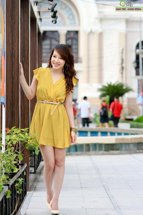 Hot girl Linh Genie tươi tắn trên phố Sài Gòn - 13