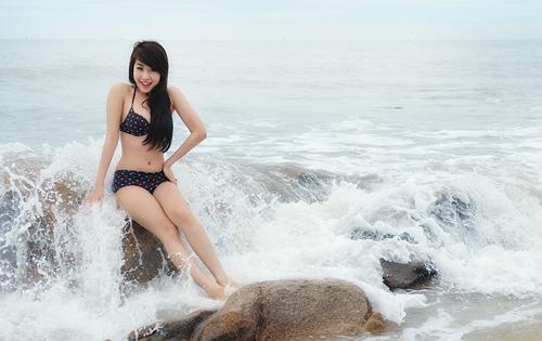 Hot girl Nu Phạm gợi cảm giữa sóng nước - 1
