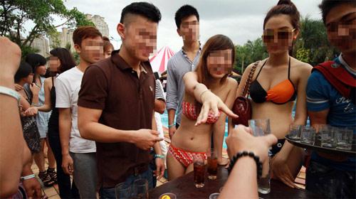 Sốc với tiệc bikini của các hot girl - 1