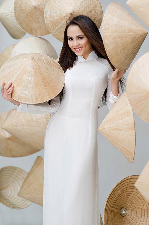 Diễm Hương mặc áo dài, đội nón bài thơ - 1
