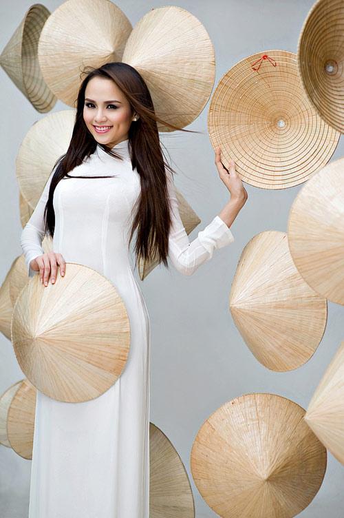 Diễm Hương mặc áo dài, đội nón bài thơ - 3