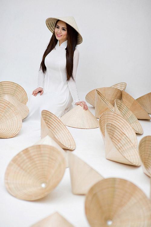 Diễm Hương mặc áo dài, đội nón bài thơ - 4