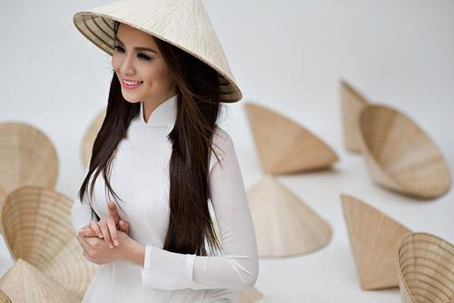 Diễm Hương mặc áo dài, đội nón bài thơ - 5