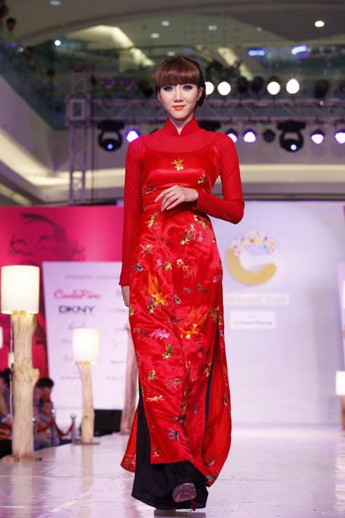 Ngọc Quyên mặc áo dài trị giá 27,5 triệu - 2