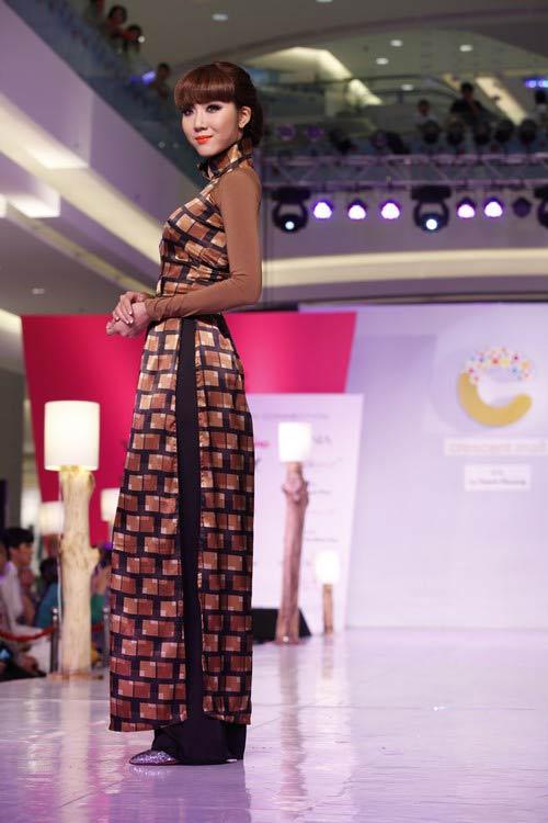 Ngọc Quyên mặc áo dài trị giá 27,5 triệu - 6