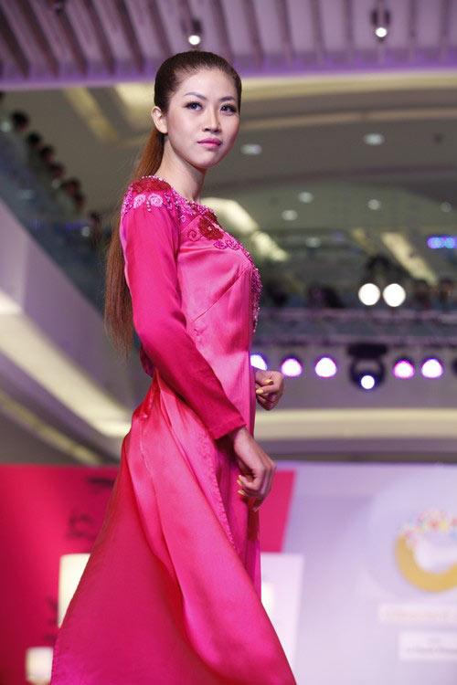 Ngọc Quyên mặc áo dài trị giá 27,5 triệu - 12