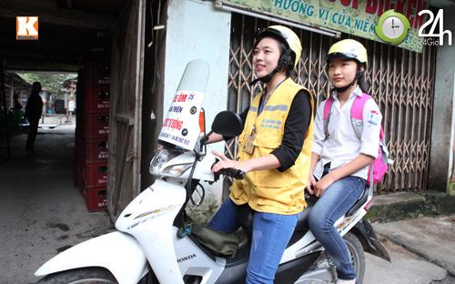 Nữ sinh xinh đẹp chạy xe ôm - 2
