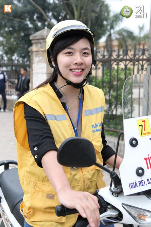 Nữ sinh xinh đẹp chạy xe ôm - 5