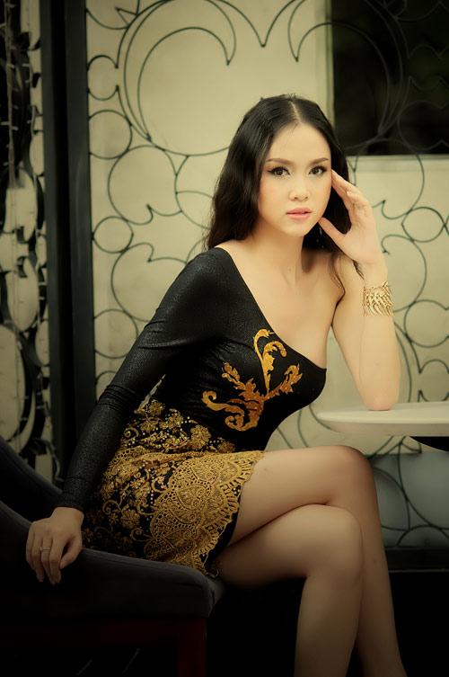 Ngọc Anh khoe khéo vai trần hờ hững - 5
