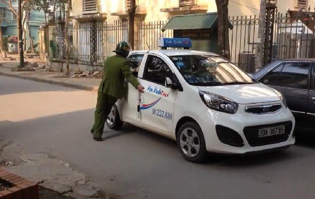 Clip: Cảnh sát lấy thân mình chặn taxi, tài xế vẫn cố tình vút chạy