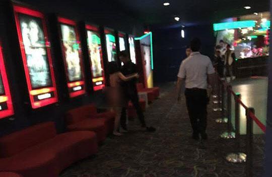 Cô gái si tình lột đồ níu kéo người yêu trong rạp phim
