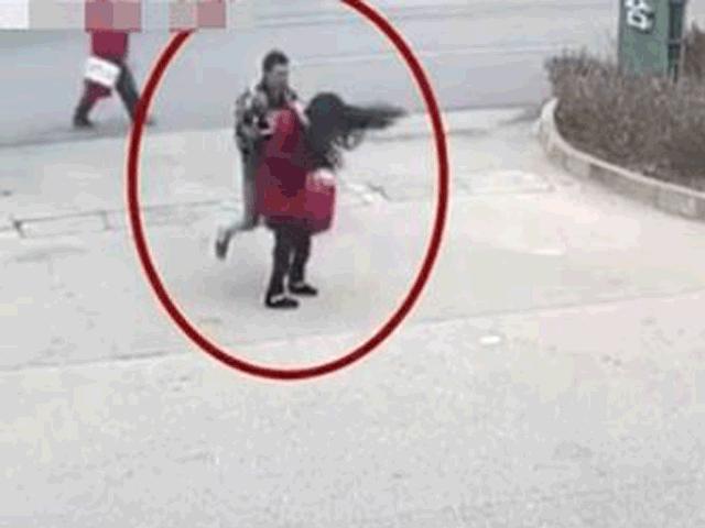 Thanh niên nhận quả đắng khi đánh đập bạn gái giữa phố