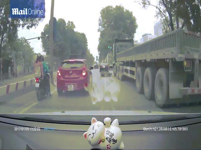 Báo Tây đăng video vụ xe tải chạy qua người vẫn sống ở VN