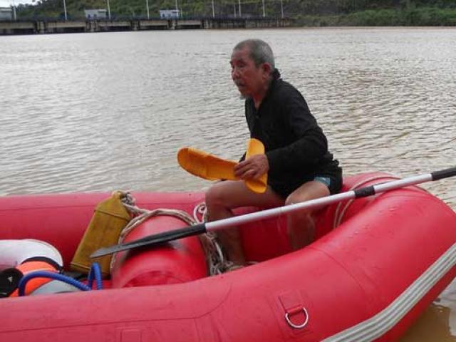 """Người đàn ông hơn 30 năm """"rong chơi"""" dưới đáy Biển Hồ"""