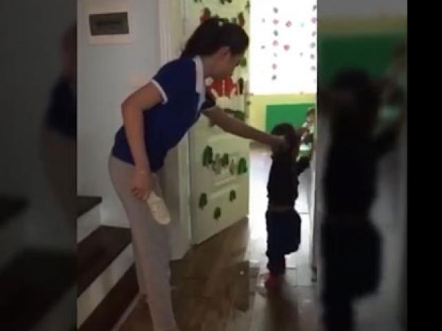 Phẫn nộ hình ảnh cô giáo chửi mắng, cầm dép đánh vào đầu trẻ mầm non