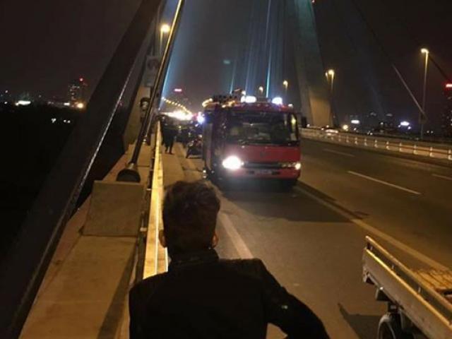 HN: Đi vệ sinh trên cầu Nhật Tân, người đàn ông rơi xuống sông mất tích